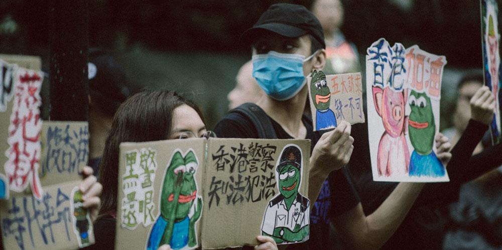 Китайцы пытаются избавиться от страха перед новым вирусом с помощью «тематических» игр и фильмов