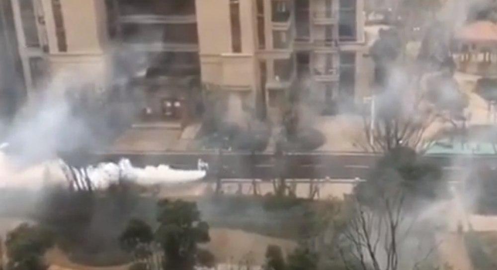 У Китаї спецтехніка пересувається вулицями і розпилює дезінфекційні засоби: короновірус продовжує атакувати