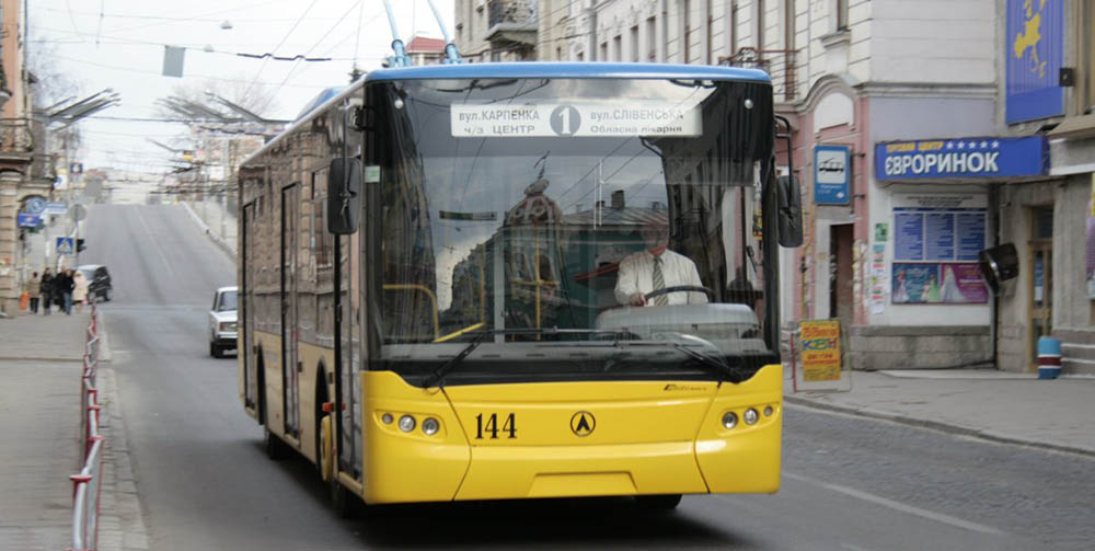 У Тернополі масово дезінфікують тролейбуси: бояться поширення грипу та ГРВІ