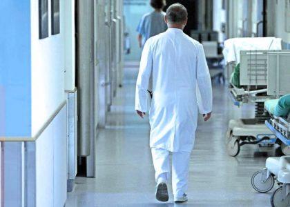 лікар у лікарні
