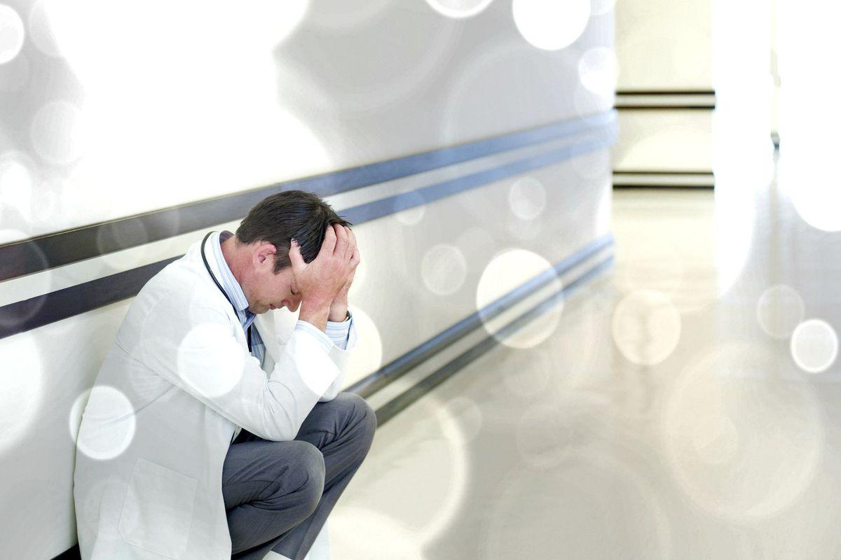 Четверо из десяти медиков сильно переживают за своих пациентов