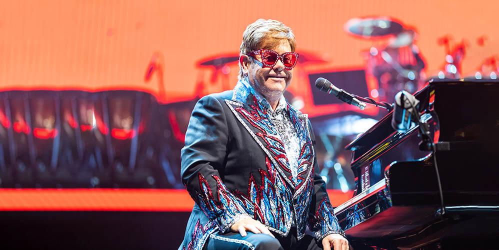 Элтон Джон был вынужден прервать свое выступление из-за «ходячей пневмонии»
