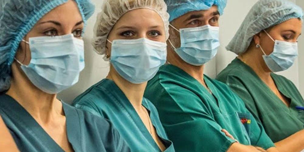 Медики на передовой: почасовая оплата, подвозка на работу и «удар» для каждого пятого
