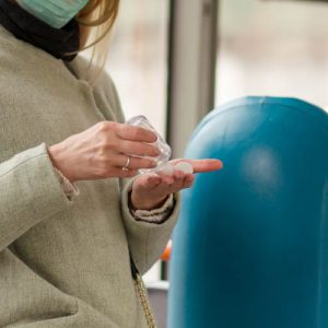 Жінка приймає ліки в автобусі