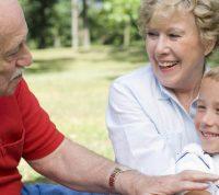 Бабушки и дедушки формируют у детей здоровую самооценку