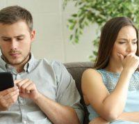 Привычка «клацать» в телефоне во время личного разговора может быть признаком тревожности и депрессии