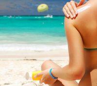 Дерматологи советуют пользоваться солнцезащитным кремом даже в помещении
