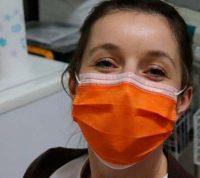 Специалисты работают над маской, которая меняет цвет при заражении COVID-19