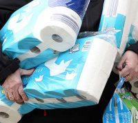 Ученые определили особенности людей, которые массово скупают туалетную бумагу во время паники