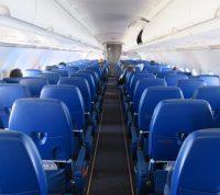 Риск заразиться COVID-19 падает вдвое при незаполненном салоне самолета