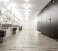 Посещать общественные туалеты обязательно нужно в маске