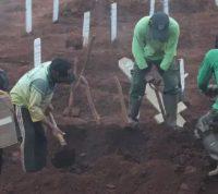 В Индонезии людей, которые не носили защитные маски, заставили рыть могилы