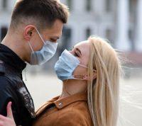 Главный врач Канады советует надевать маску во время секса