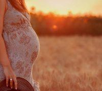 Скрининг на стресс и поддержка во время беременности могут принести пользу как матери, так и ребенку