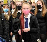 Из-за пандемии школьники Шотландии обедают на улице при любой погоде