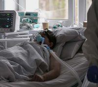 Ученые выясняют, почему мужчины и пожилые люди чаще умирают от коронавируса