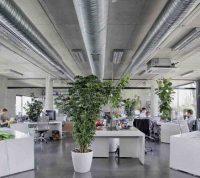 В больших помещениях хорошая вентиляция снижает риск заражения людей, но неравномерно