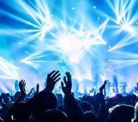 Ученые оценили риски заражения коронавирусом на масштабном концерте в помещении