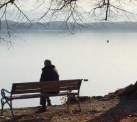 Максимально высокий уровень одиночества бывает у людей в 20 лет