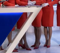 Китайским стюардессам посоветовали носить подгузники в целях защиты от коронавируса