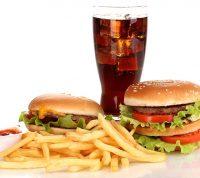 Нездоровая пища вызывает проблемы сна у подростков