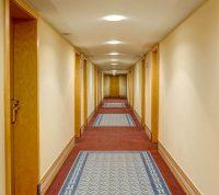 В узком коридоре легко подхватить COVID-19