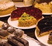Диетологи рекомендуют не давать конфеты и торты детям до 2 лет