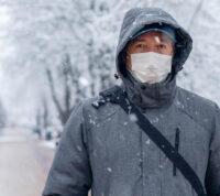 Исследователи предполагают, что влажность, которая возникает внутри масок, может снизить тяжесть COVID-19