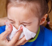 Заложенность носа и першение в горле: что нужно знать об остром назофарингите у детей