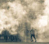 Медики рекомендуют запретить использовать слезоточивый газ при пандемии