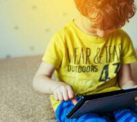 Во время жесткого локдауна маленькие дети проводят по 6 часов с гаджетами - исследование