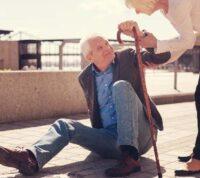 Ученые связывают частые падение пожилых людей с деменцией с приемом обезболивающих