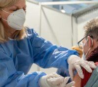 Вакцинированные люди легко переносят коронавирус, если все-таки его подхватывают