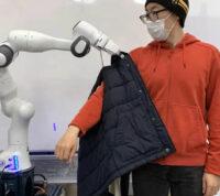 Создали робота, который помогает одеваться людям с ограниченными физическими возможностями