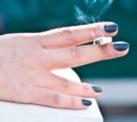 Ученые пояснили, почему женщинам очень сложно отказаться от курения