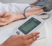 Присутствие врача во время измерения АД может повлиять на его результаты