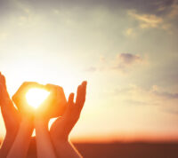 Солнечный свет усиливает романтическое влечение у людей