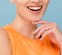 То, как человек улыбается в хорошей или плохой ситуации, влияет на уровень отношения к нему окружающих
