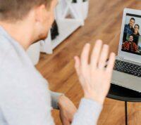 Включенная камера во время онлайн совещаний вызывает переутомление сотрудников