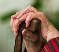 Одинокие пожилые люди чаще умирают после выписки из отделений интенсивной терапии
