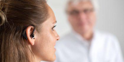 Состояние пациентов с коронавирусом отслеживают с помощью умного ушного датчика